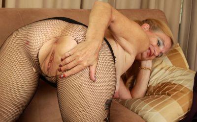 Фото №15 Зрелая женщина порвала колготки на пизде