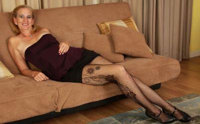 Фото №4 Зрелая женщина порвала колготки на пизде