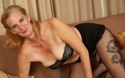 Фото №6 Зрелая женщина порвала колготки на пизде