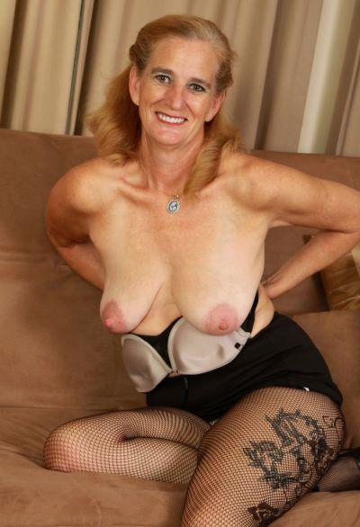 Фото №7 Зрелая женщина порвала колготки на пизде