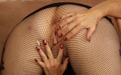 Фото №8 Зрелая женщина порвала колготки на пизде