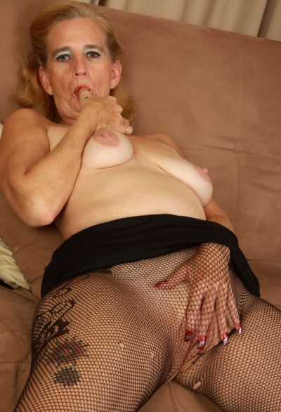 Фото №9 Зрелая женщина порвала колготки на пизде