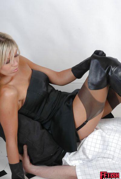 Фото №13 Ненасытная блондинка извращается над новым ухажером