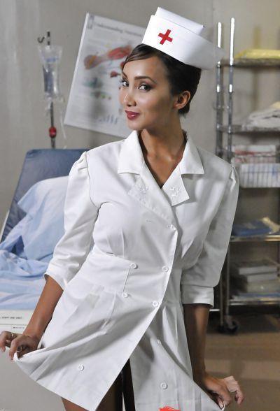 Фото №1 Азиатская медсестра сняла белый халат