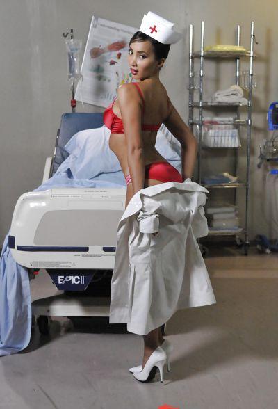 Фото №9 Азиатская медсестра сняла белый халат