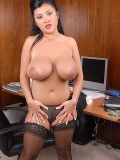 Пухлая азиатская секретарша в чулках