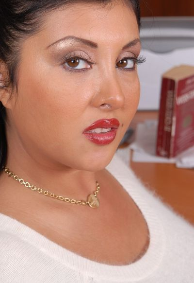 Фото №1 Пухлая азиатская секретарша в чулках
