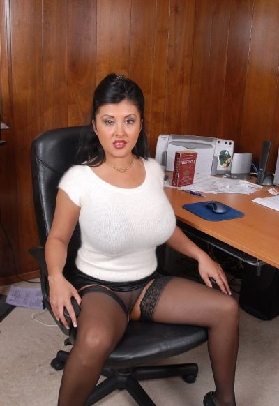 Фото №2 Пухлая азиатская секретарша в чулках