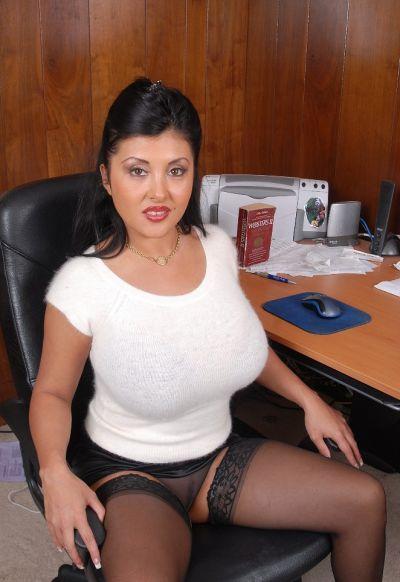 Фото №3 Пухлая азиатская секретарша в чулках