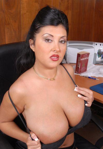 Фото №4 Пухлая азиатская секретарша в чулках