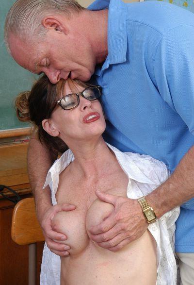 Фото №2 Зрелая училка трахается с пожилым мужиком в школе