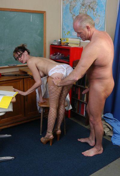 Фото №4 Зрелая училка трахается с пожилым мужиком в школе