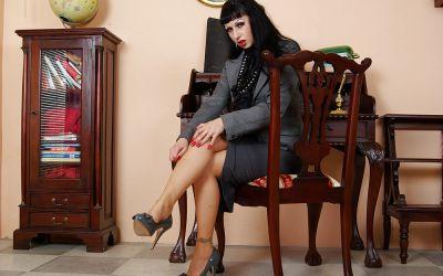 Фото №1 Жопастая милфа сняла юбку и показала щель в офисе