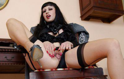 Фото №13 Жопастая милфа сняла юбку и показала щель в офисе