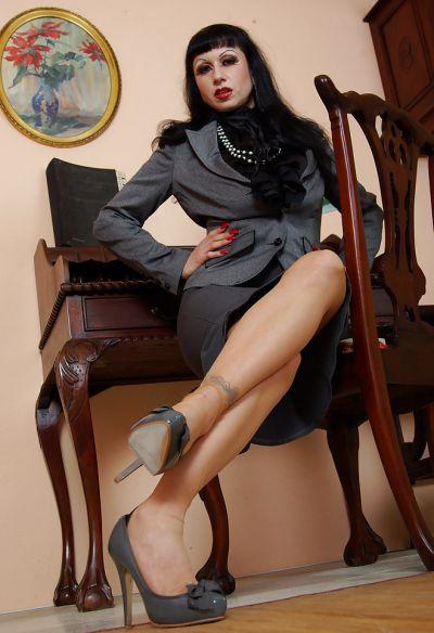 Фото №2 Жопастая милфа сняла юбку и показала щель в офисе