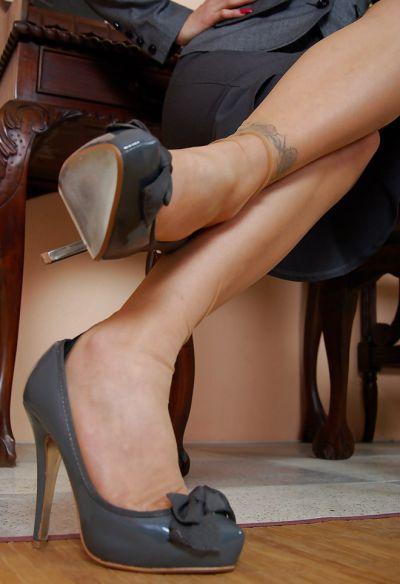 Фото №3 Жопастая милфа сняла юбку и показала щель в офисе