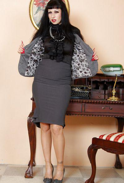 Фото №5 Жопастая милфа сняла юбку и показала щель в офисе