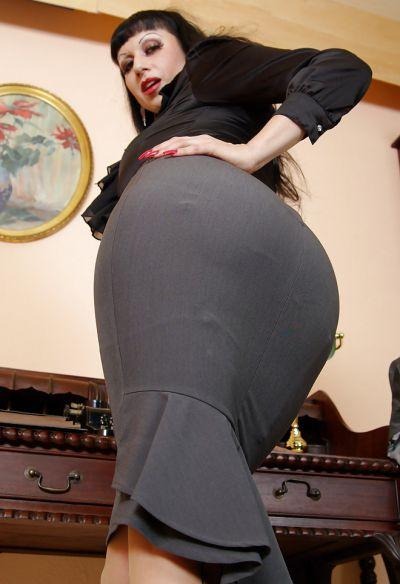 Фото №6 Жопастая милфа сняла юбку и показала щель в офисе