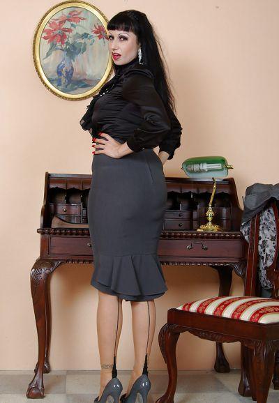 Фото №7 Жопастая милфа сняла юбку и показала щель в офисе