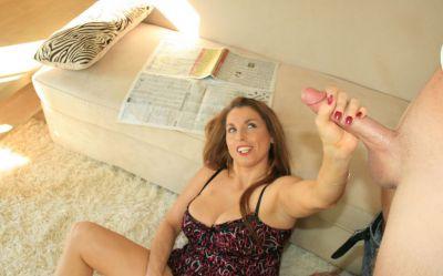 Фото №10 Зрелая домохозяйка подрочила длинный член и свою киску