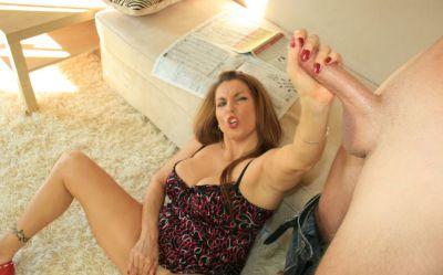 Фото №11 Зрелая домохозяйка подрочила длинный член и свою киску